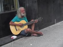 Hombre tocando la guitarra en Florianópolis