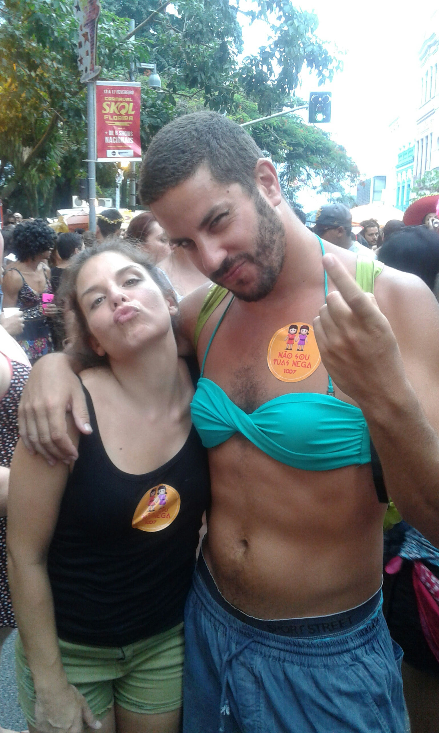 de fiesta en el Carnaval de Florianopolis Brasil 2015, hombres vestidos de mujeres y samba