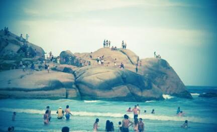 las mejores playas de florianopolis las rocas donde la gente baila al ritmo de la música en Playa Mole