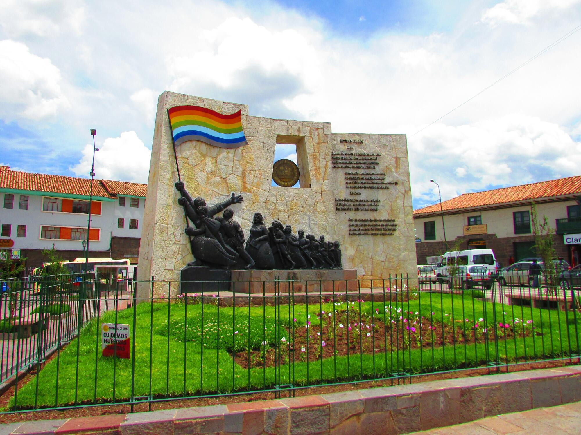 Cuzco estatua y bandera de independencia en el centro de la ciudad