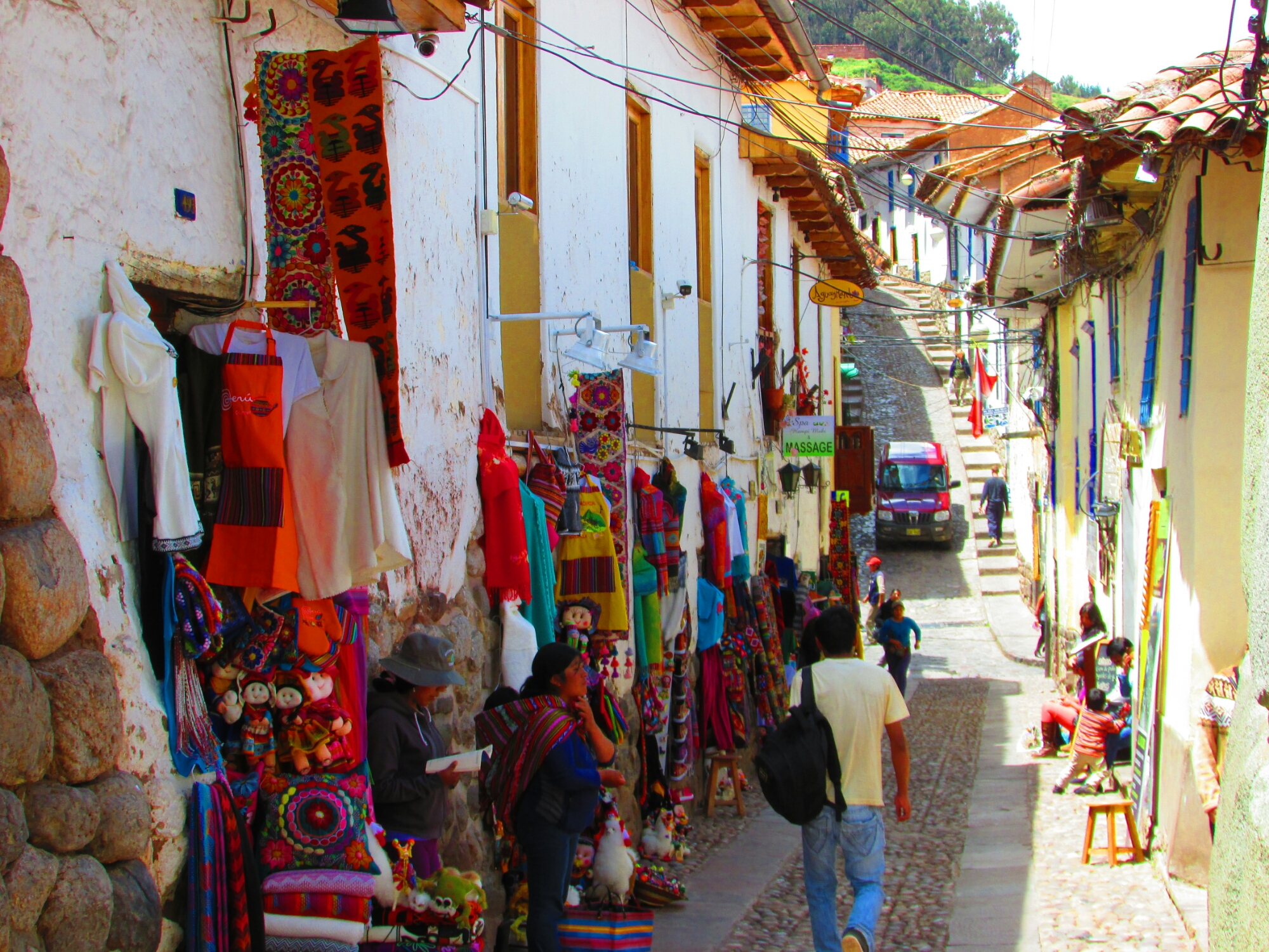 calle con artesanías y recuerdos andinos en el Mercado de San Blas en Cuzco