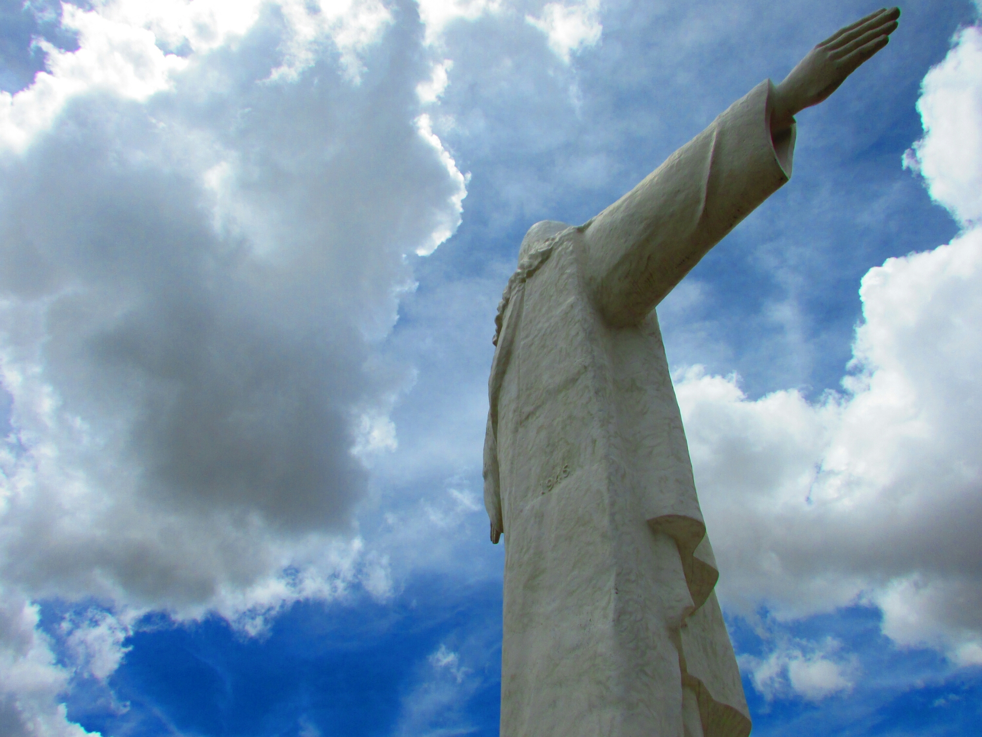 Estatua del Cristo Blanco cerca de Sacsayhuamán vista desde el lateral en Cuzco