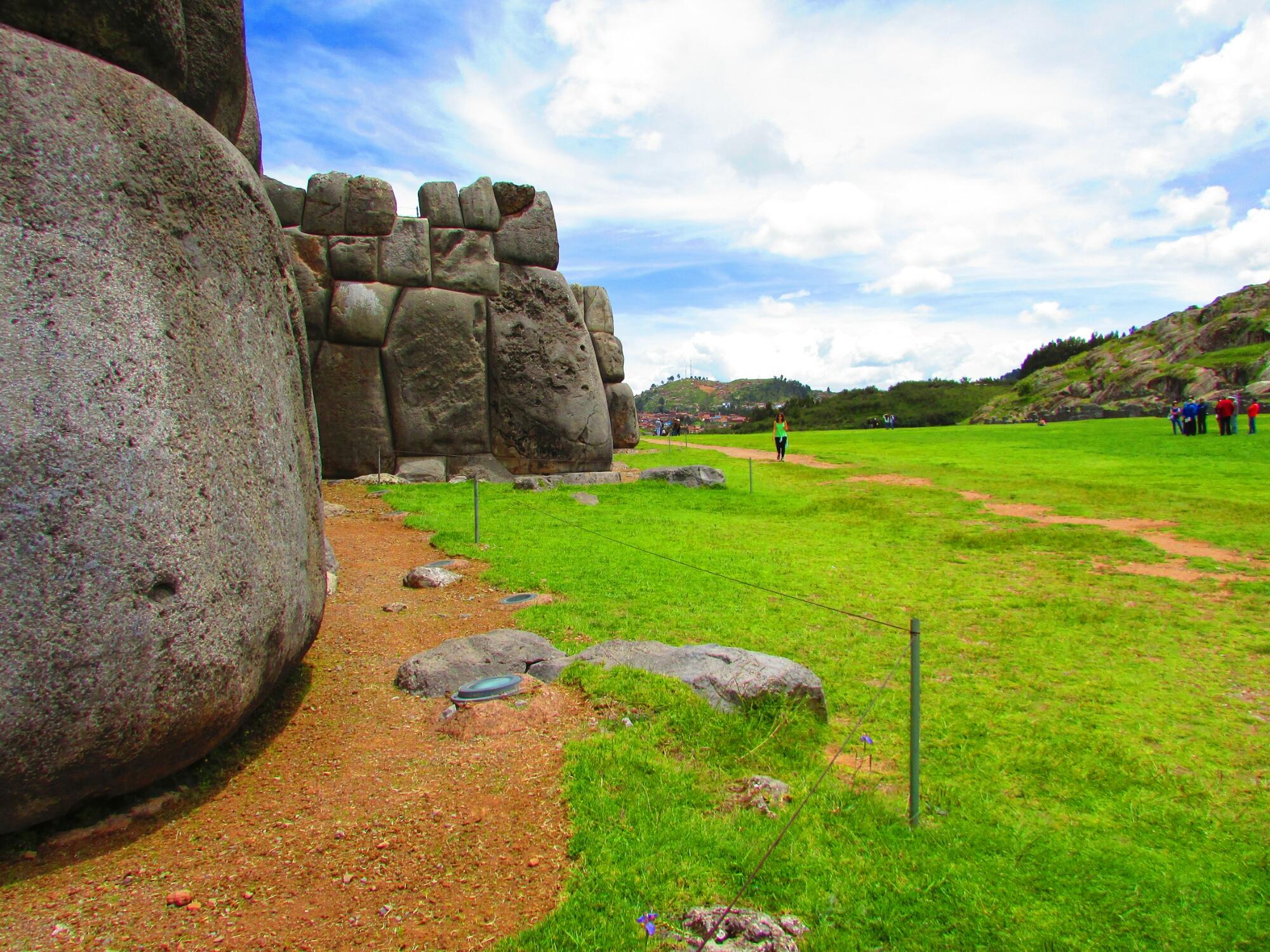piedras de mas de 6 metros y 1 tonelada en Sacsayhuamán en Cuzco