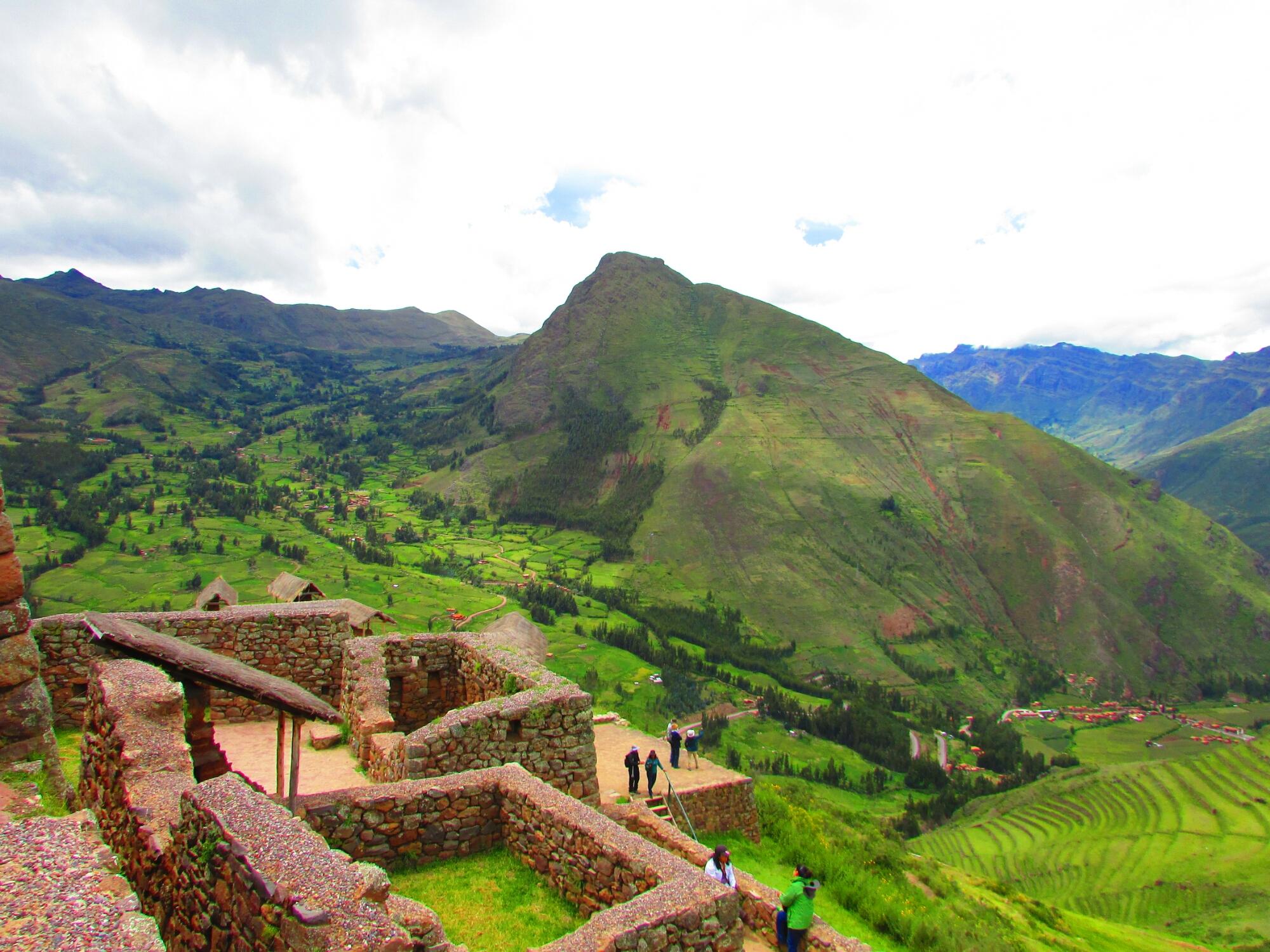 vista desde arriba de parte de la ciudadela inca de Písac en el Valle Sagrado cerca de Cuzco