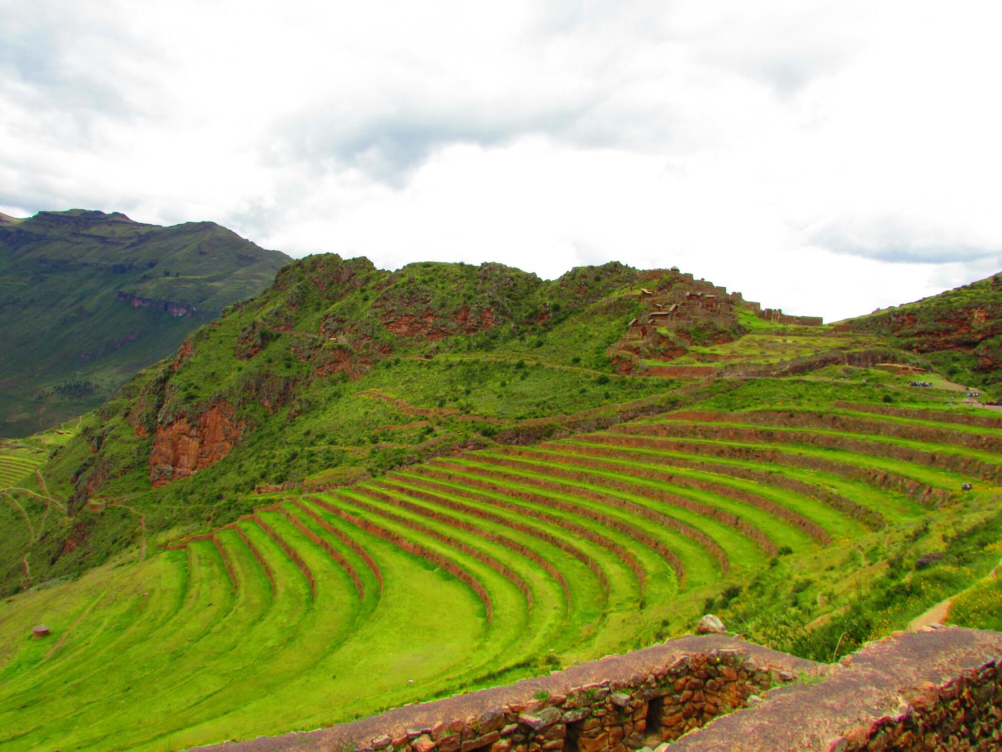 terraza de cultivo en un precioso paisaje entre montañas en las ruinas incas de Písac en el Valle Sagrado cerca de Cuzco