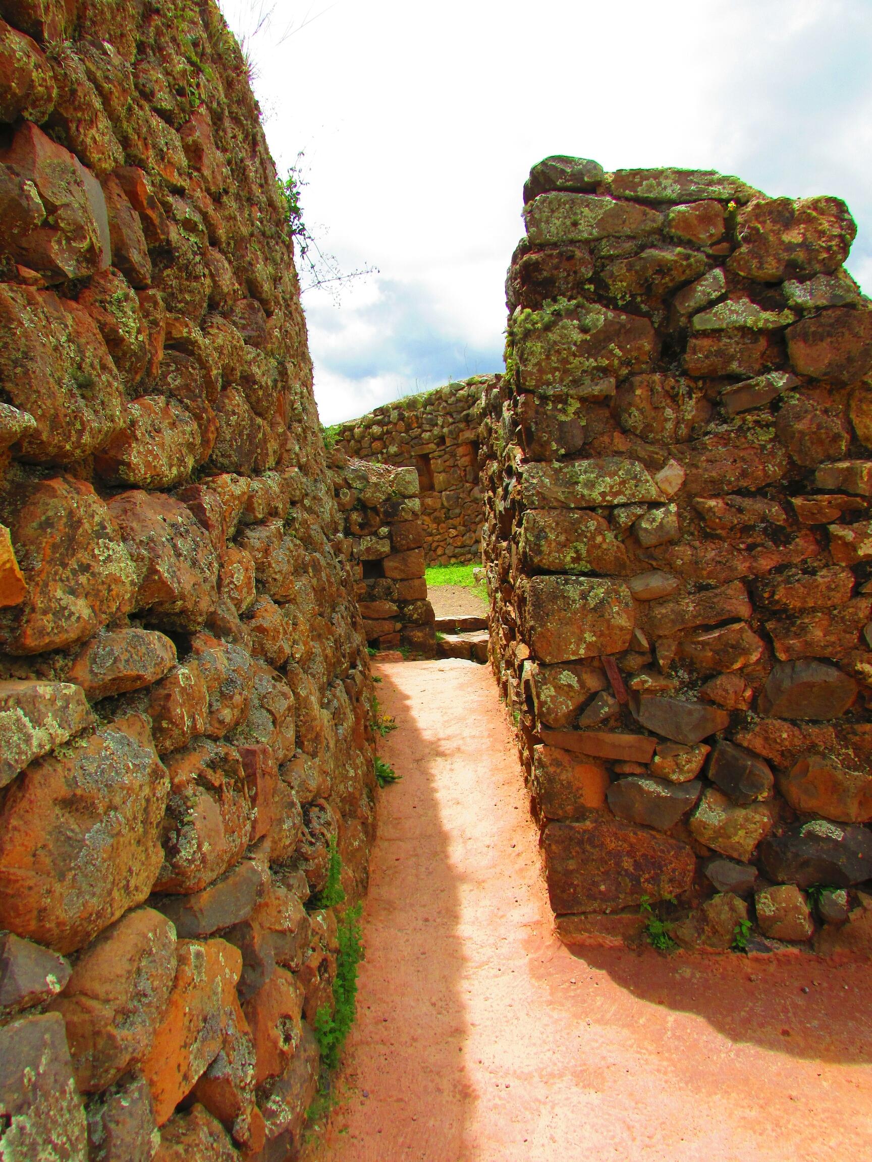 construcciones incas de casas de campesinos en Písac en el Valle Sagrado cerca de Cuzco
