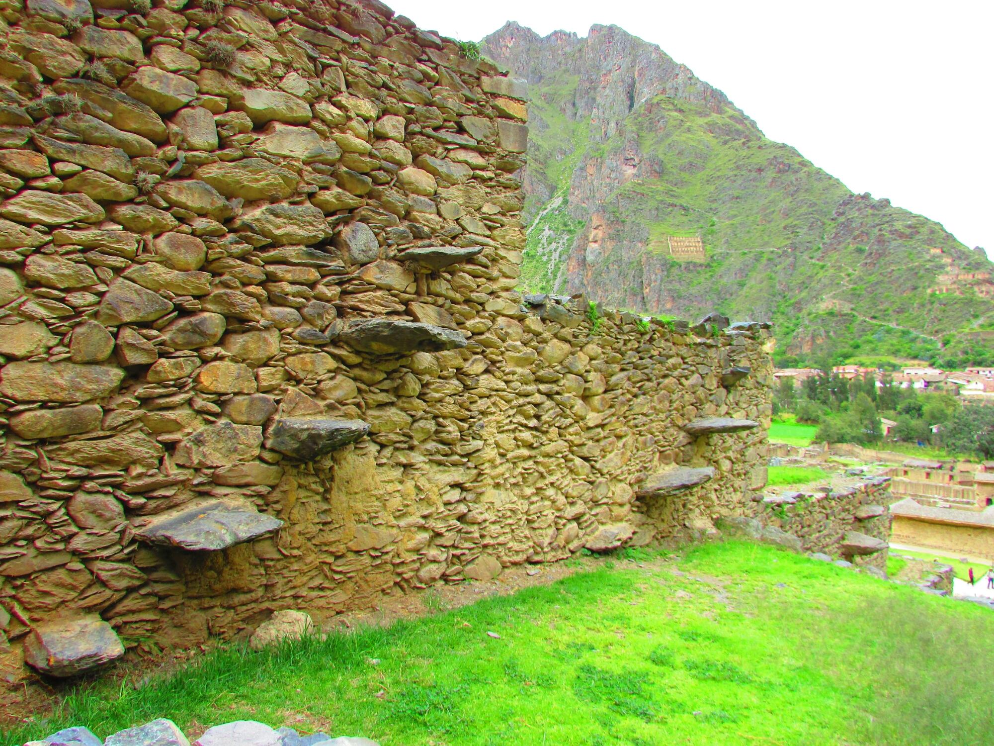 escaleras incas en contrucción vertical en ruinas incas de Ollataytambo en el Valle Sagrado cerca de Cuzco