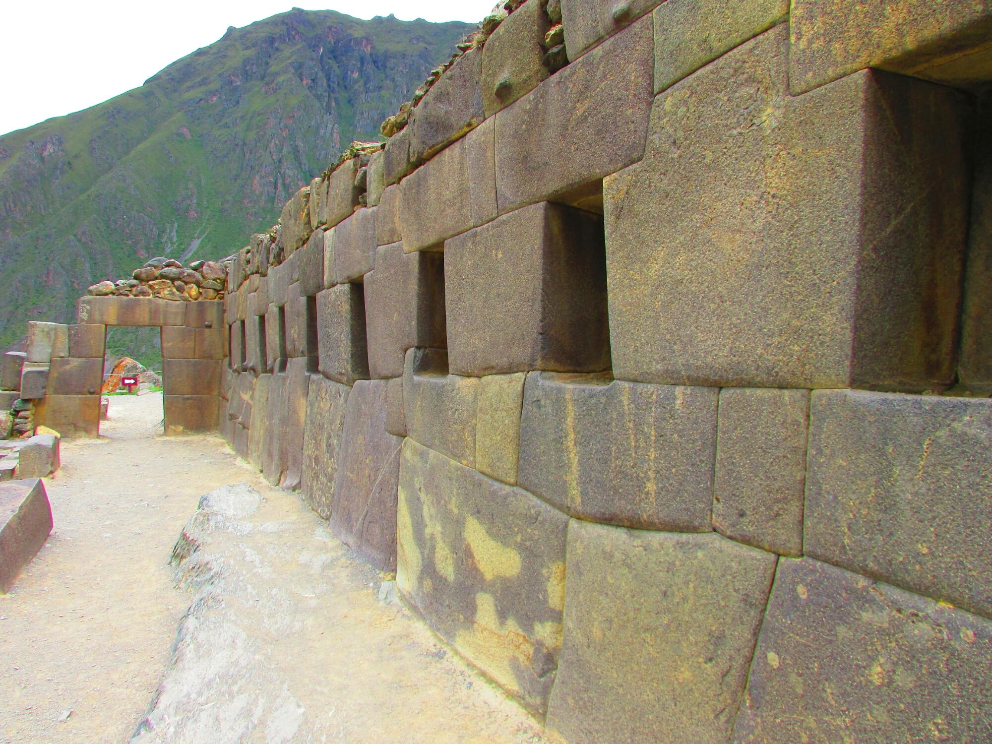 pared con piedras encajadas y portón en ruinas incas de Ollataytambo en el Valle Sagrado cerca de Cuzco