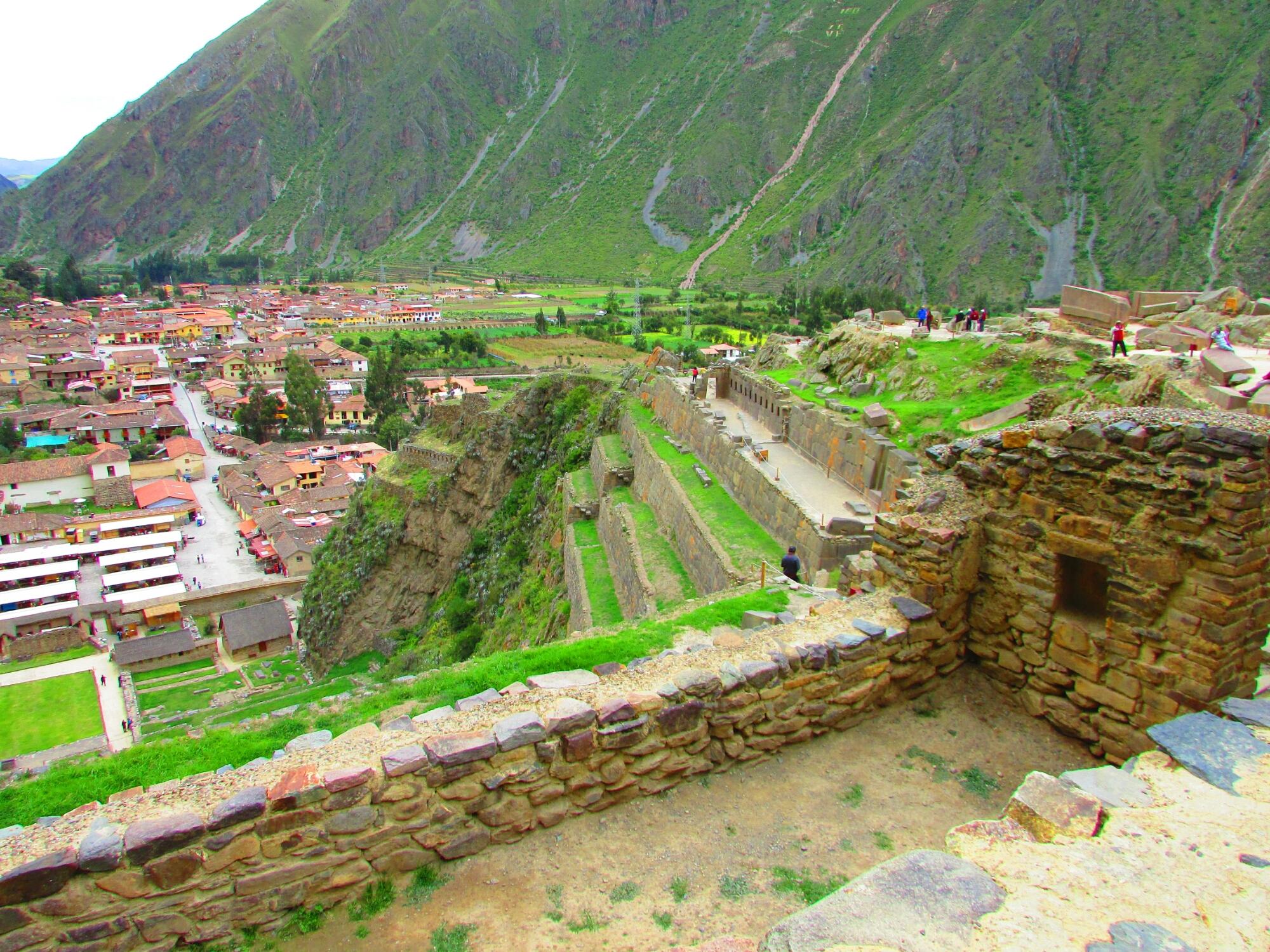 vista del pueblo y de las ruinas incas de Ollataytambo en el Valle Sagrado cerca de Cuzco