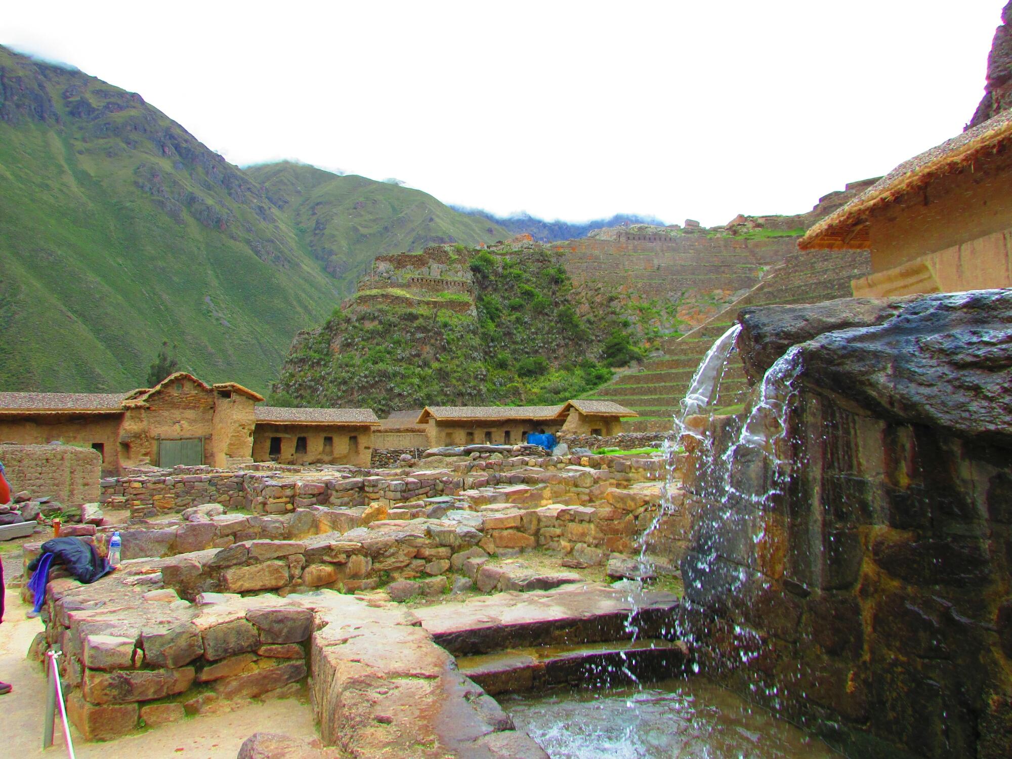 fuentes de agua y edificios sagrados en ruinas incas de Ollataytambo en el Valle Sagrado cerca de Cuzco