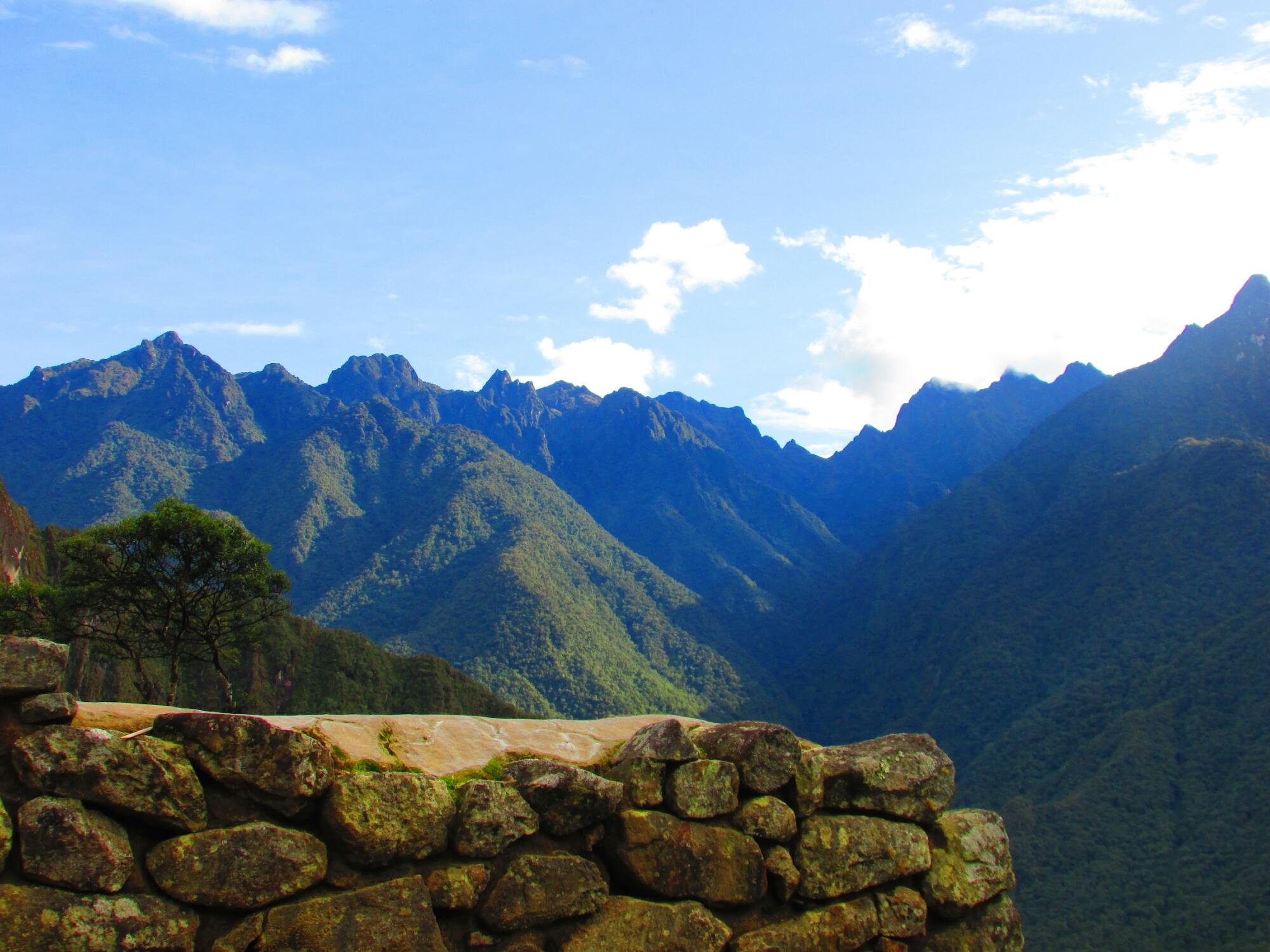las montañas que rodean la ciudadela inca de Machu Picchu