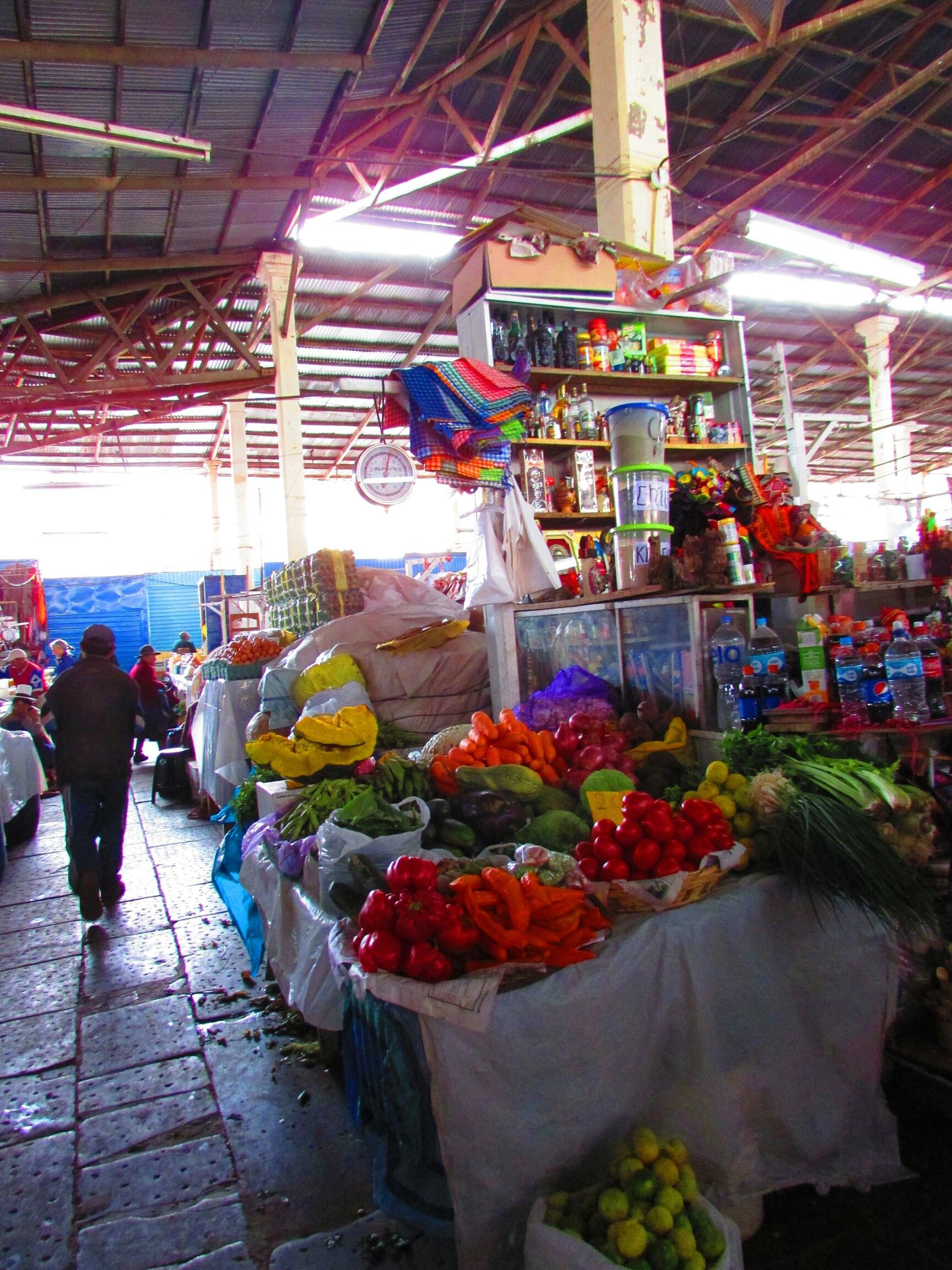 Comida tradicional y ropas típicas en el Mercado de San Pedro en Cuzco