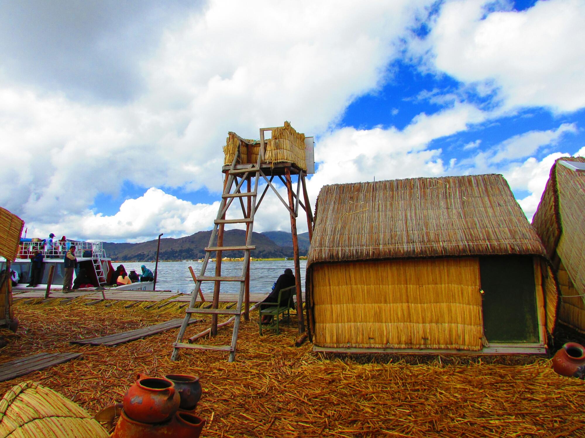 las casas y suelo de totora de las islas Uros en el lago Titicaca en Perú