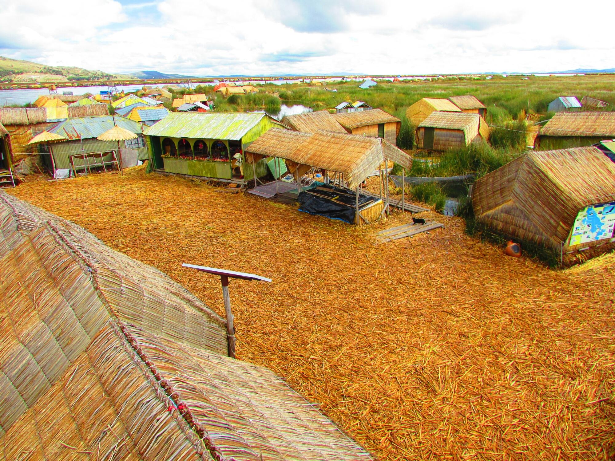 aldea tradicional en islas Uros en el Lago Titicaca