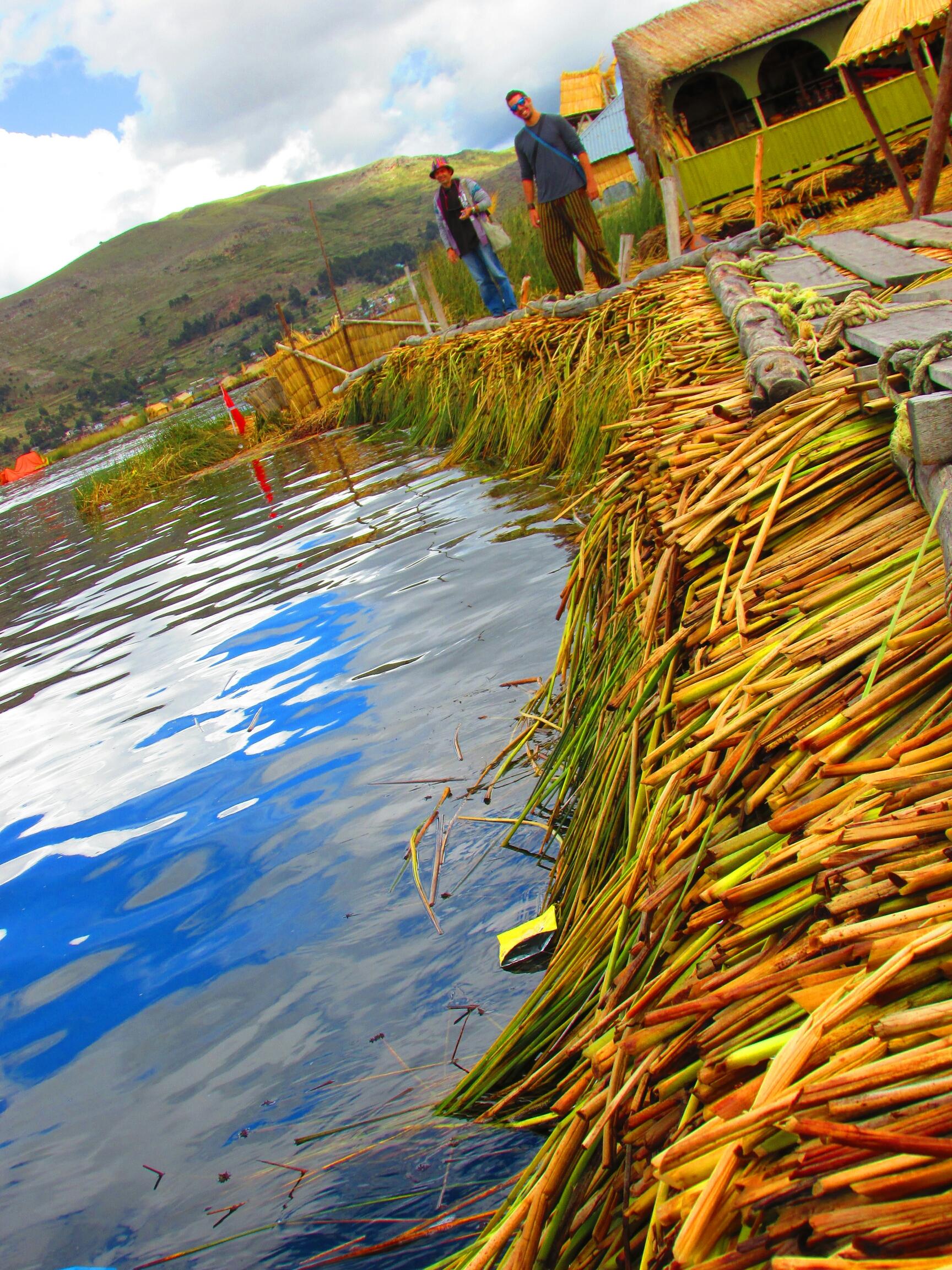 borde de las Islas Uros en el lago Titicaca con un grosor de mas de 5 metros