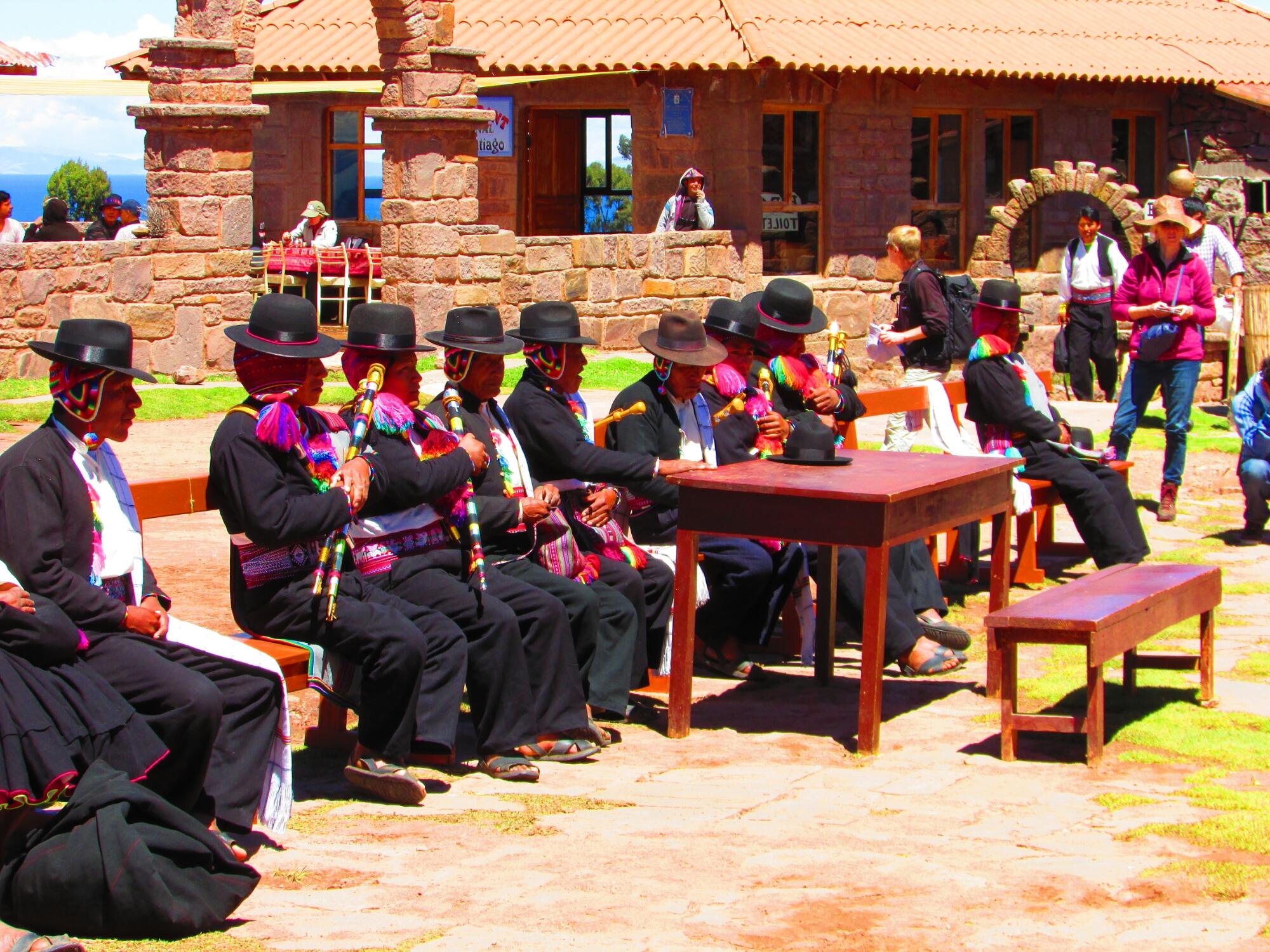 reunión semanal de jefes de barrios en la isla Taquile en el lago Titicaca