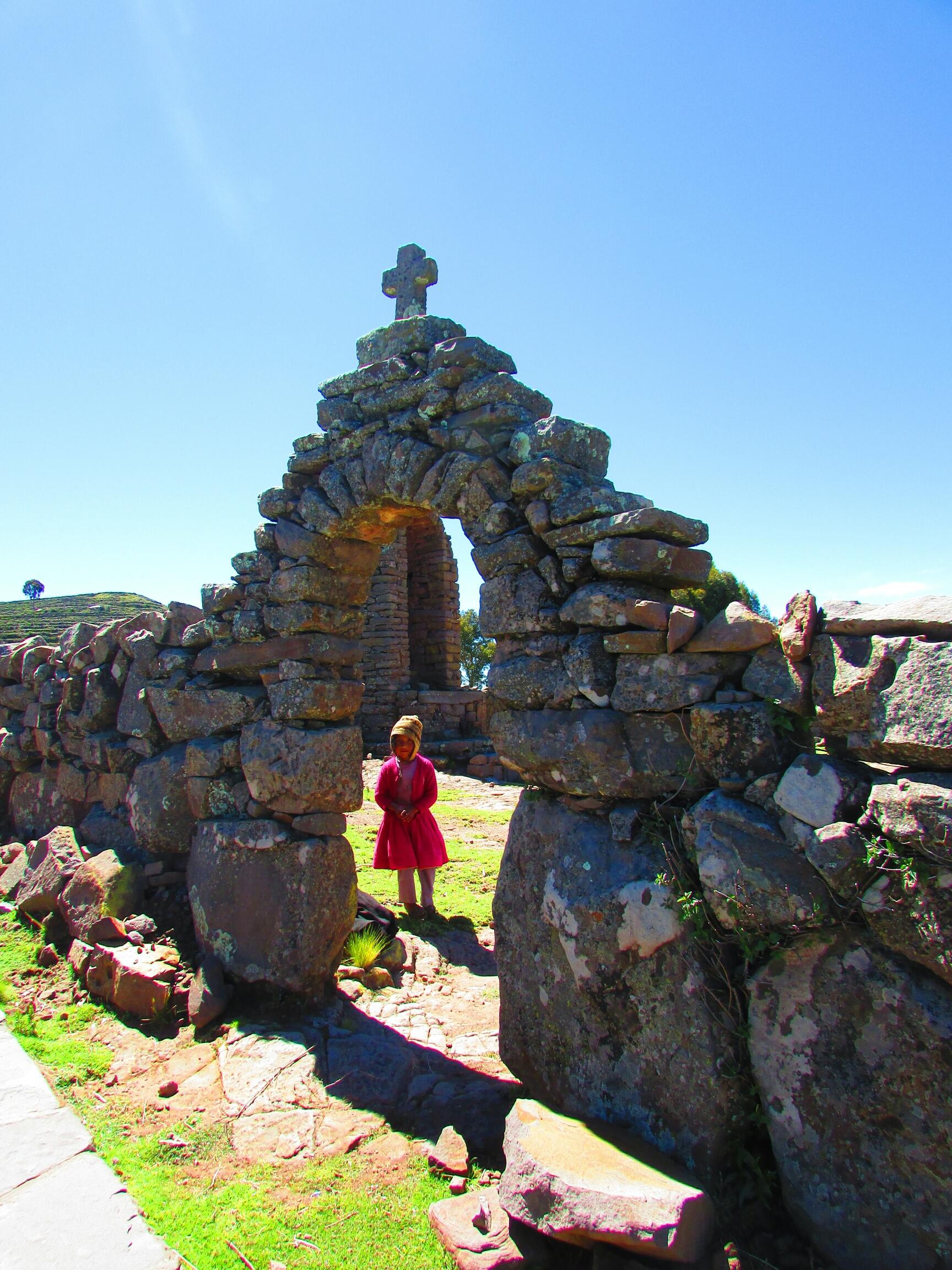 niña en arco inca de isla Taquile en el lago Titicaca