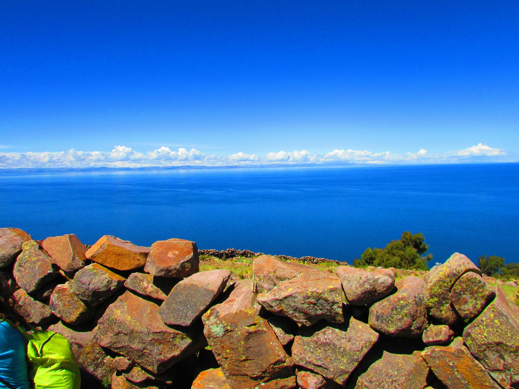 piedras y agua en la isla Taquile en el lago Titicaca
