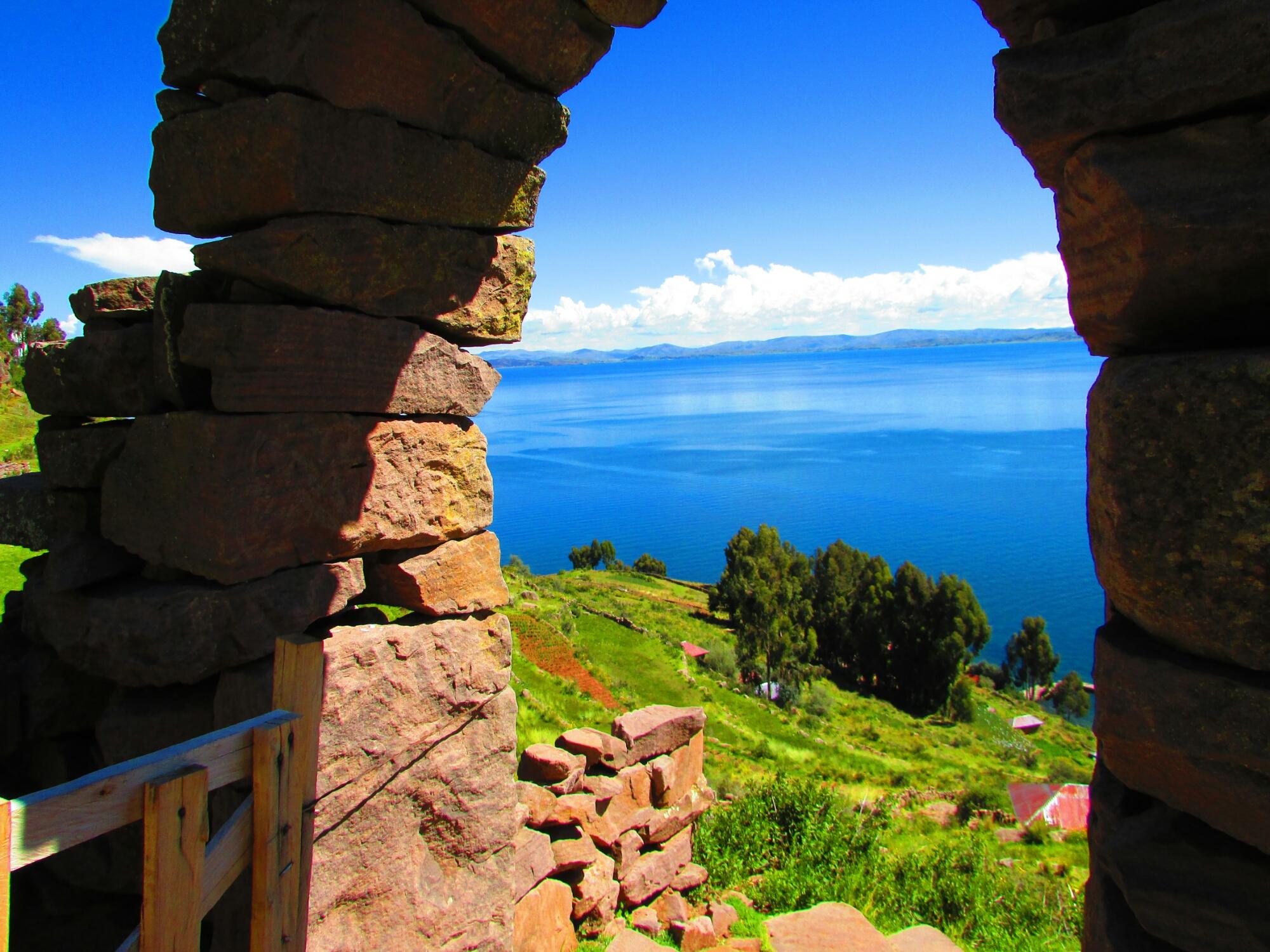 arcos construidos sin material de sujeción en isla Taquile en el lago Titicaca