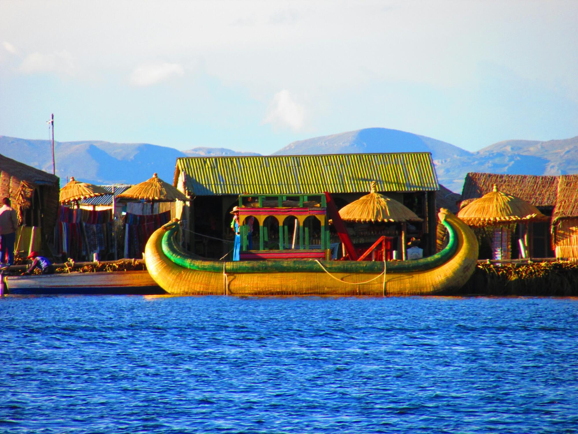 balsa hecha de totora en islas Uros en el lago Titicaca